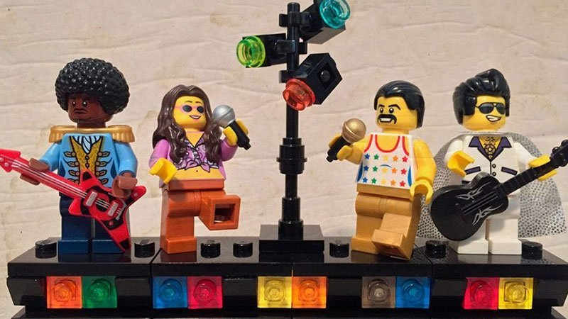 Foto promocional de esta edición del Open Mic de La Salvaje, en la que se ve un escenario con cuatro músicos compuesto por piezas y muñecos de Lego