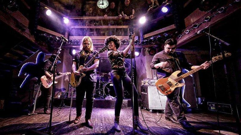 Foto de Nikki Hill y su banda tocando en directo.