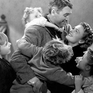 Fotograma de una de la escenas finales de It s a wonderful life (Qué bello es vivir) donde se ve a James Stewart en el centro rodeado de sus hijos y su mujer que le reciben con alegría.