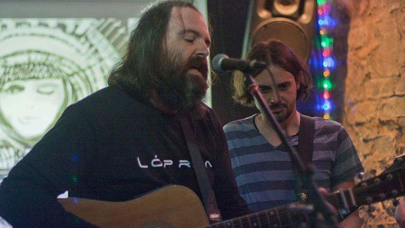 Foto de Lóprêa tocando y cantando en directo