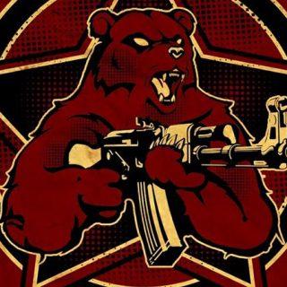 Detalle del cartel de Grieskabalkan, en el que se ve una ilustración de un oso, con la boca abierta y gesto agresivo, sosteniendo una metralleta, ante una estrella de cinco puntas, todo con una estética muy de la propaganda de la antigua URSS, dominando el color rojo.