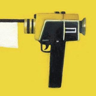 Detalle de la imagen gráfica de la VII edición de MUSOC, donde se ve, sobre fondo amarillo, una antigua videocámara ilustrada, del objetivo de esta sale una bandera blanca que cuelga hacia abajo, como símbolo de rendición.