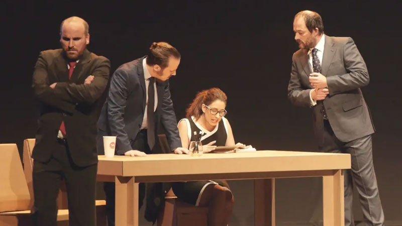 Foto de una escena de la obra El método Grönholm interpretada por la compañía Saltantes Teatro