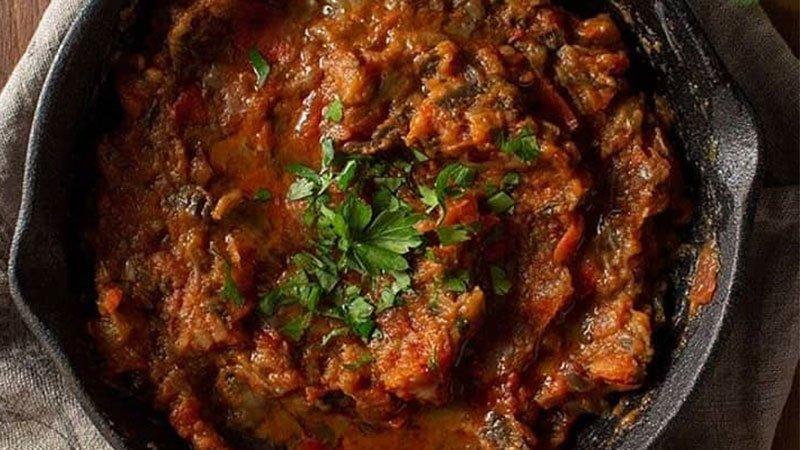 Foto de un plato de Zaalouk (paté marroquí de berenjenas) de Nahual Cocina.