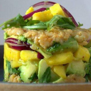 Foto de un plato de Tartar de mango y aguacate de Nahual Cocina.