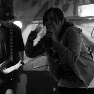 Foto de dos de los componentes de La Morgue tocando en directo