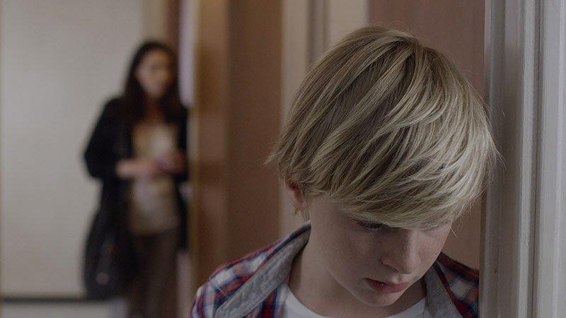 Fotograma de la película Jusqu'à la garde donde se ve en primer plano al niño protagonista de la historia con cara de drama