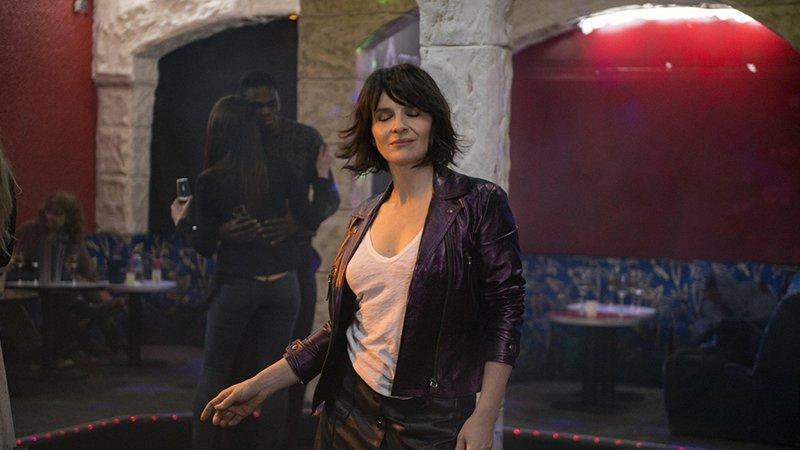 Fotograma de la película en el que se ve a la protagonista bailando en un local con los ojos cerrados y gesto de profundo gozo en la cara