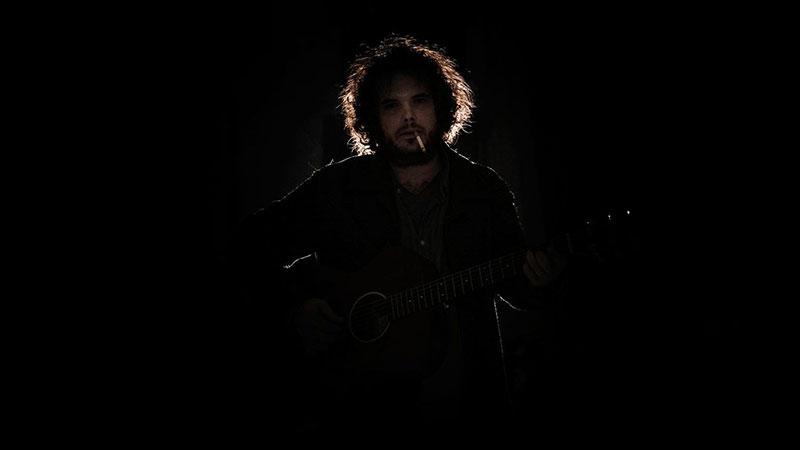 Cesar Maltrago con su guitarra