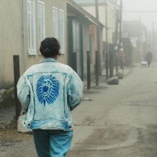 Fotograma de la película Tesnota (Demasiado cerca)