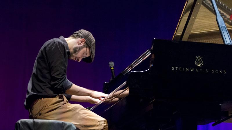 Julio Resende tocando el piano