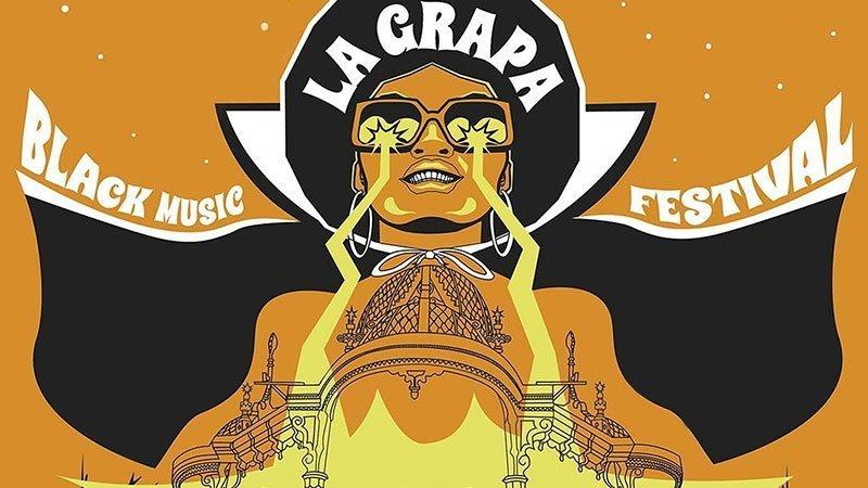 Detalle del cartel del festival en el que se ve la ilustración, sobre fondo naranja, de una chica negra sonriente, vistiendo una capa y gafas de sol de las que salen rayos de luz amarillos