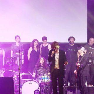 Nacho Vegas en directo acompañado por el Coro Al Altu la Lleva, foto por Jose Irún