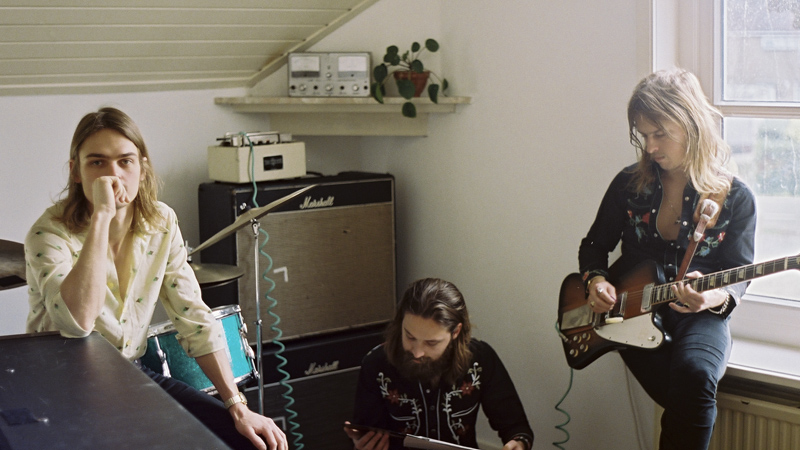 Miembros de la banda DeWolff en su estudio