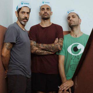 Foto de los 3 miembros de Azure posando en la escalera de su casa
