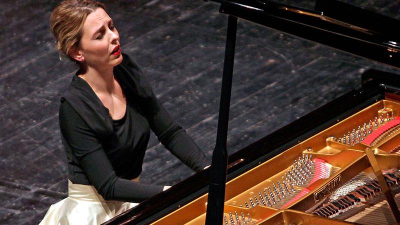 La pianista Judith Jauregui tocando y sintiendo el piano