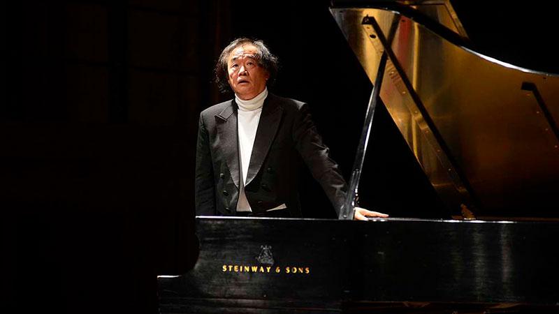 Foto de Kun-Woo Paik junto a un piano