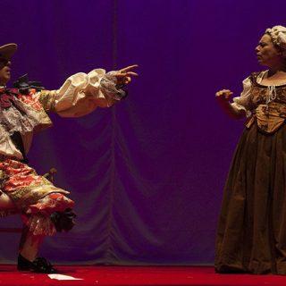 Escena de la obra teatral La Comedia de las Ilusiones, por Teatro Kumen