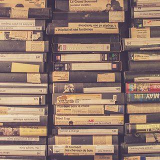 Foto de muchas cintas VHS apiladas