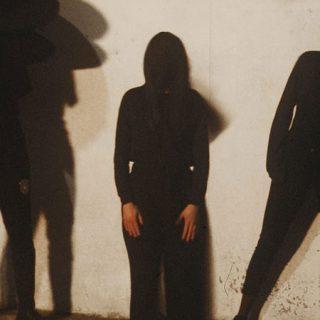 Foto promocional de los tres integrantes de la banda madrileña VVV