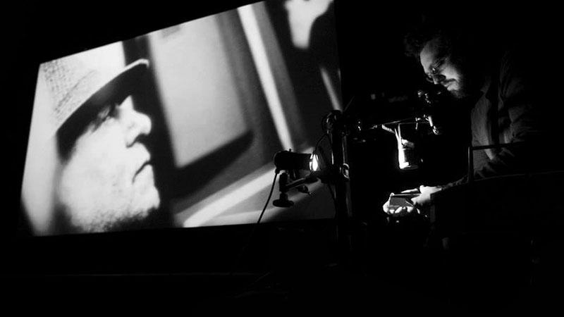 Foto de el artista francés Yro en uno de sus directos audiovisuales