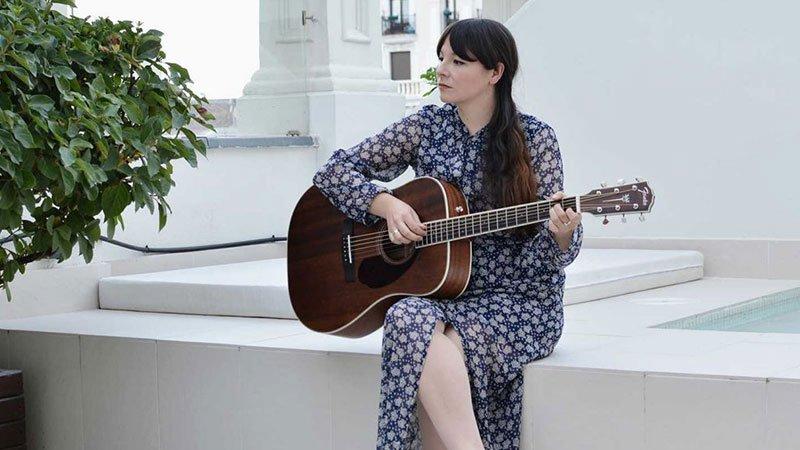 Foto de la cantante Alondra Bentley en directo