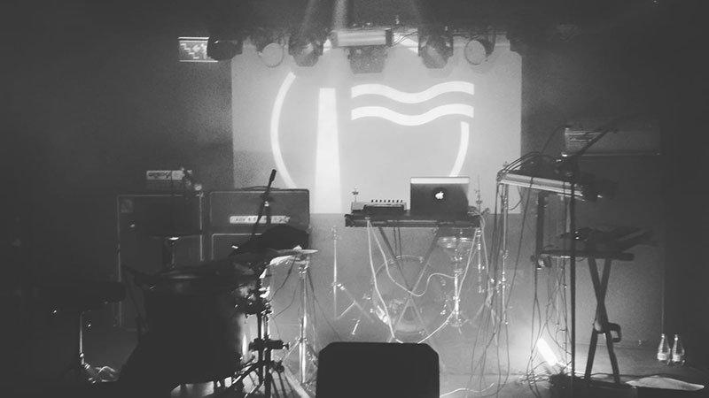 Foto conceptual del Humo Fest, donde se ve un escenario con todos los instrumentos montados para un concierto y el anagrama de Humo en el fondo