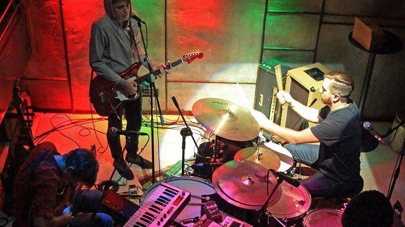 Foto de tres de los miembros de TUYA en directo