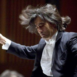 Foto del director de orquesta japonés Kent Nagano en acción