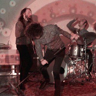 Foto de los miembros de Cayman Kings tocando en directo