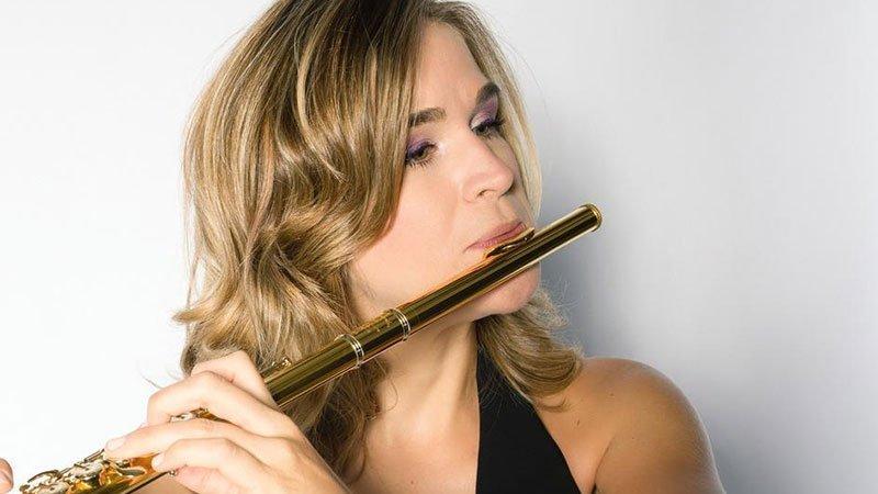 Foto de Clara Andrada tocando la flauta