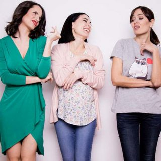 Foto de las tres protagonistas de la comedia teatral Estrógenos