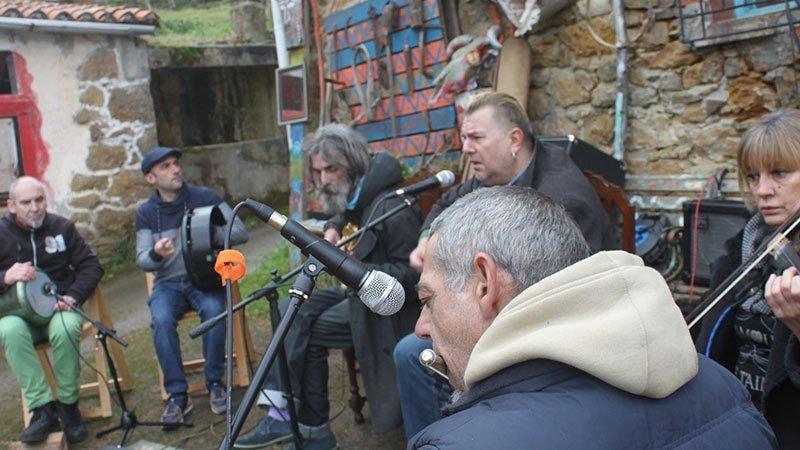 Foto de los seis integrantes de Fontoria tocando en directo