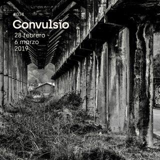 Fotografía en blanco y negro de una estructura industrial en ruinas, perspectiva de columnas de hormigón