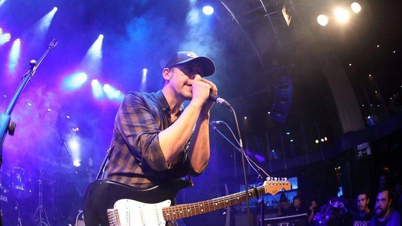 Foto de Luis Brea cantando en directo en un concierto