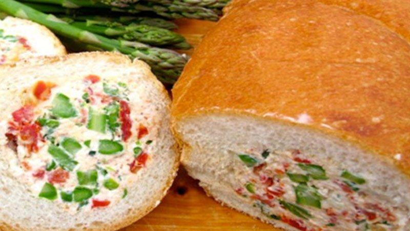 Foto detalle de un Pan Relleno de verduras cortado en rodajas