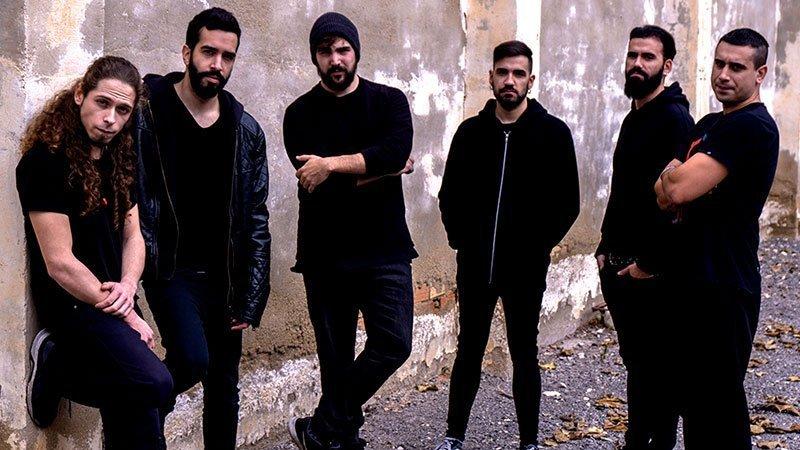 """Foto de los miembros de la banda de rap """"Sons of Aguirre"""" y de la banda de metal """"Scila"""" posando"""