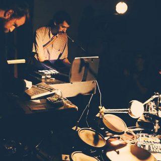 Foto de los integrantes de Sun Araw Trio tocando en directo