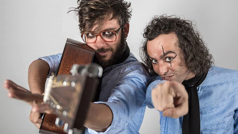 Foto de los dos miembros de Antílopez apuntando a cámara con su guitarra