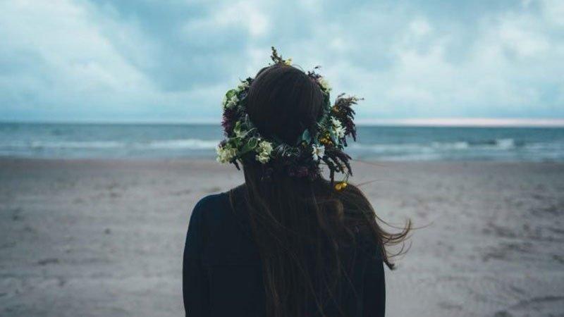 Foto conceptual en la que se muestra a una chica de espaldas mirando al mar