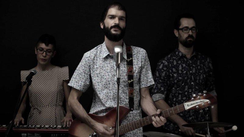 Foto de 3 de los miembros de Cuerda tocando en directo