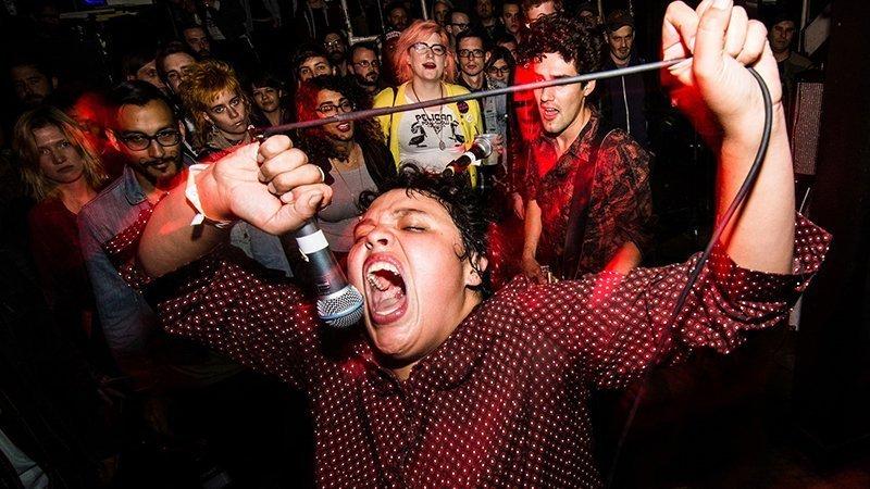 Foto de la cantante de Downtown Boys Victoria Ruiz en un concierto cantando entre el público