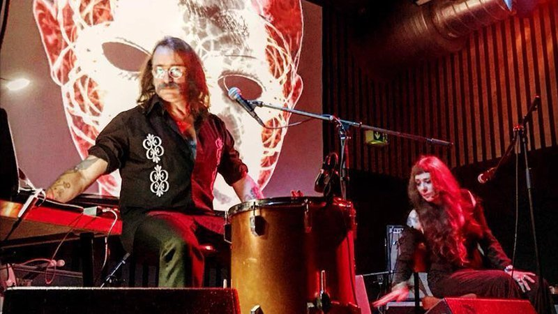 Foto del duó Hackedepicciotto tocando en directo ante una proyección