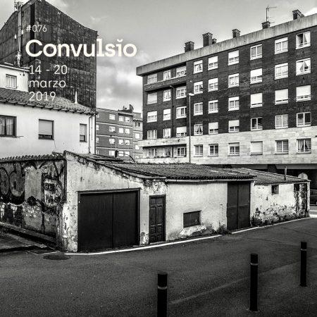 Contraportada de la Agenda Cultural Convulsĭo con una fotografía en blanco y negro donde se ve una vieja casa de planta baja y bloques de edificios a lo lejos
