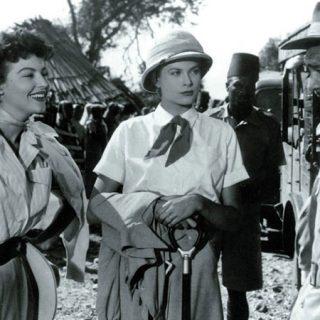 Fotograma de Mogambo donde se ve a Ava Gardner y Grace Kelly hablando con Clark Gable