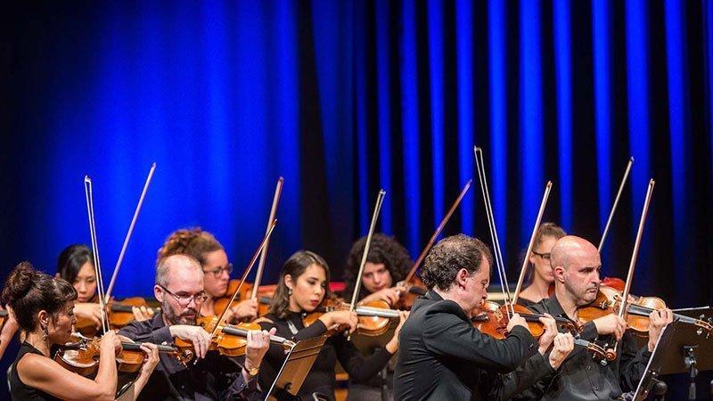 Foto de parte de los miembros de la Orquesta de Cámara Galega tocando en directo