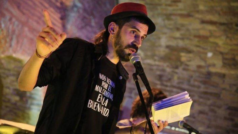 Foto de Raúl Parra recitando en directo