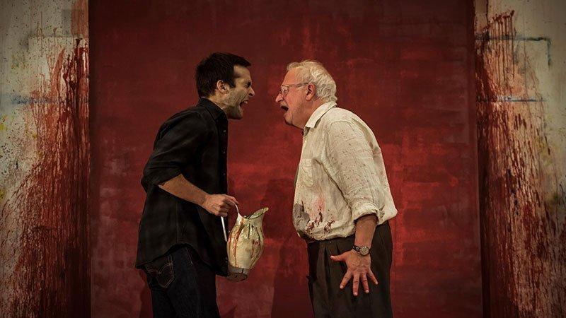 """Foto de una escena de la obra """"Rojo"""" donde se ve a Juan Echanove gritando frente a frente con Ricardo Gómez"""