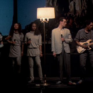 Fotograma del documental Stop making Sense donde se ve a los componentes de Talking Heads en directo