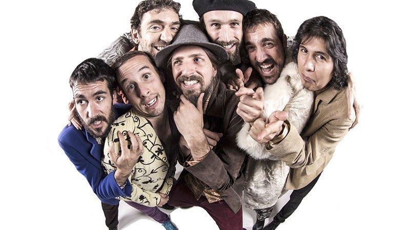Foto de los miembros de Alpargata apelotonados para entrar en el encuadre